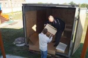 Разгружаем машину для благотворительной акции в селе Старый Буян